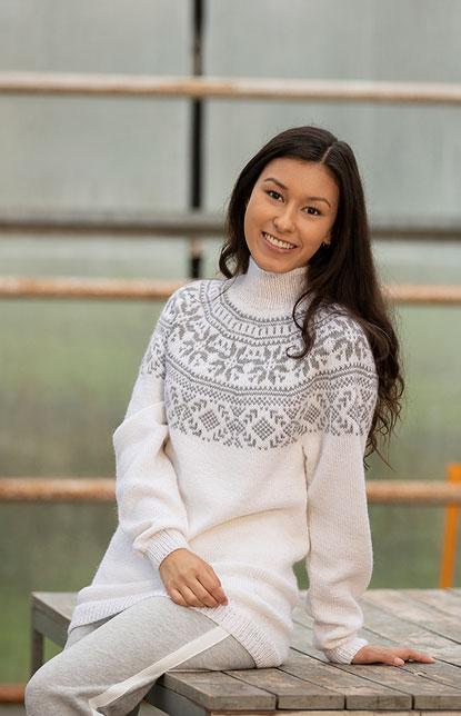 Dame med strikket jakke med mønster   Gensermønstre